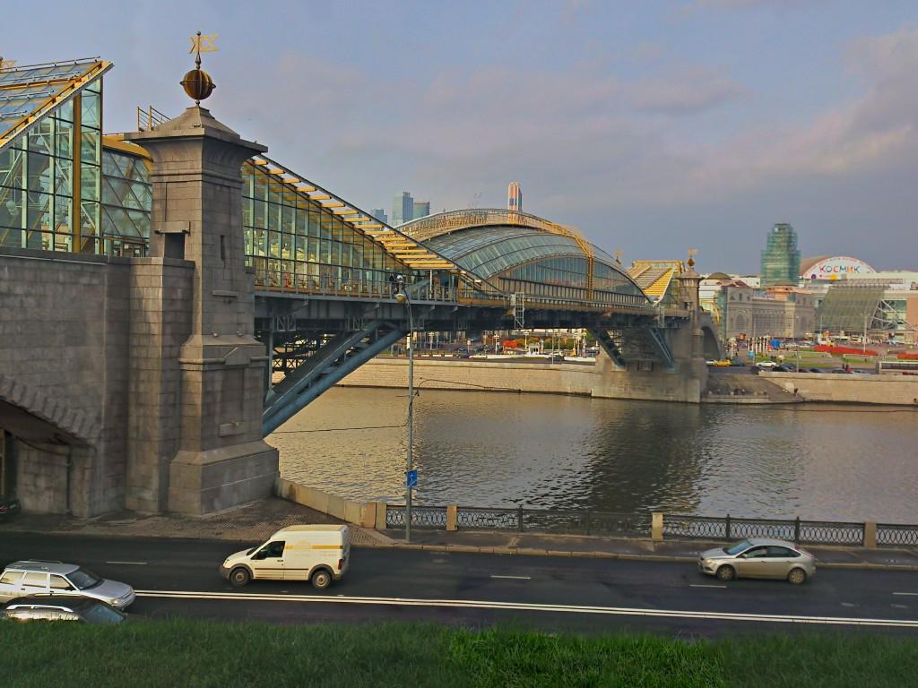 Пешеходный мост к киевскому вокзалу в Москве